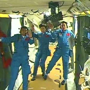 Live: After docking, Shenzhou 9 crew enter Tiangong 1