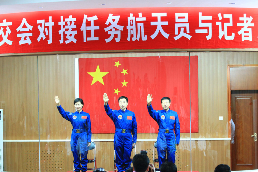 Live: Shenzhou 9 crew meeting the press