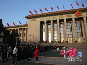 Journalists enter into the Great Hall of the People in Beijing, capital of China, March 15, 2015, before the closing meeting of the third session of the 12th National People's Congress (NPC). [Yang Jia/China.org.cn]