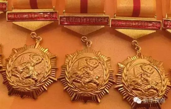 President Xi awards medals to veterans