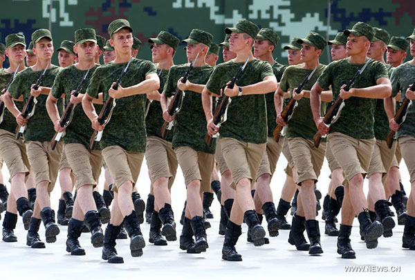 Soldiers from Belarus train at the parade training base in Beijing, capital of China, Aug 26, 2015. Nearly 1,000 foreign troops from 17 countries will participate in China's military parade marking the 70th anniversary of the end of World War II on Sept 3.