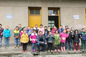 "Ge Yike, one of the initiators for the charity project""One School One Dream"", with pupils of Shima primary school in Badong county, Central China's Hubei province, Oct 2015."