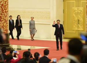 Premier Li enters the press conference hall and greets journalists.